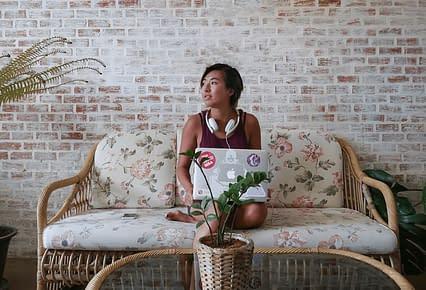 freelancer keeps focused while traveling